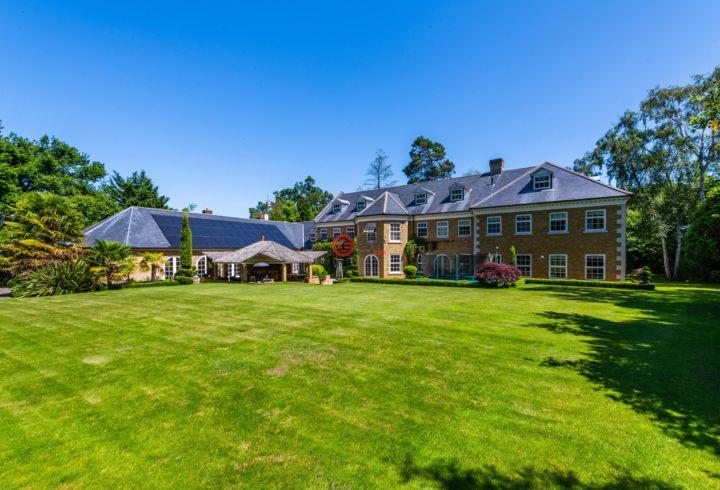 英国英格兰Oxshott的独栋别墅,14 Broomfield Ride,编号60194604